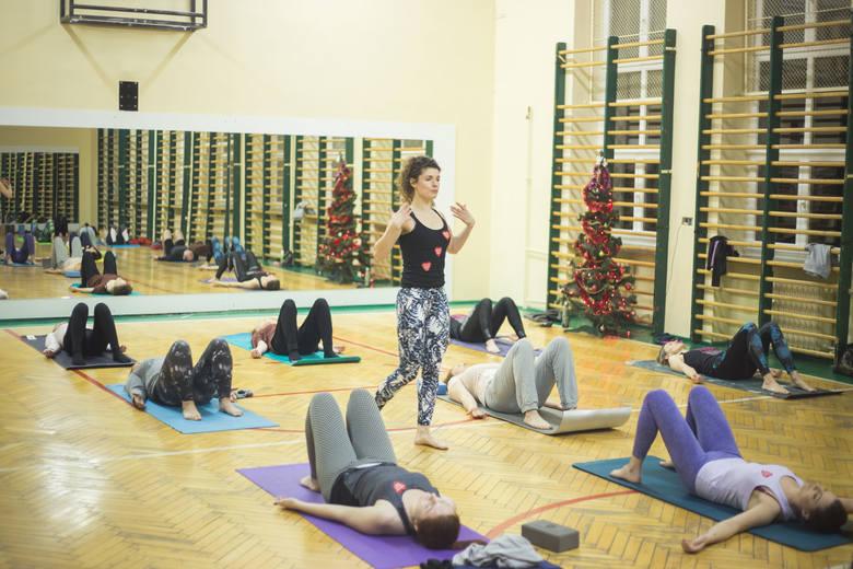 Na sali gimnastycznej przy ul. Banacha 17 odbyło się spotkanie z jogą dla osób o różnym stopniu zaawansowania – zarówno dla amatorów, jak i osób ćwiczących