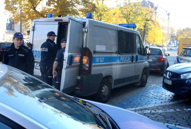 Atak na sąd w Szczecinie przy ul. Małopolskiej. To była próba spalenia sądu? Mężczyzna miał siekierę i benzynę [WIDEO, ZDJĘCIA]