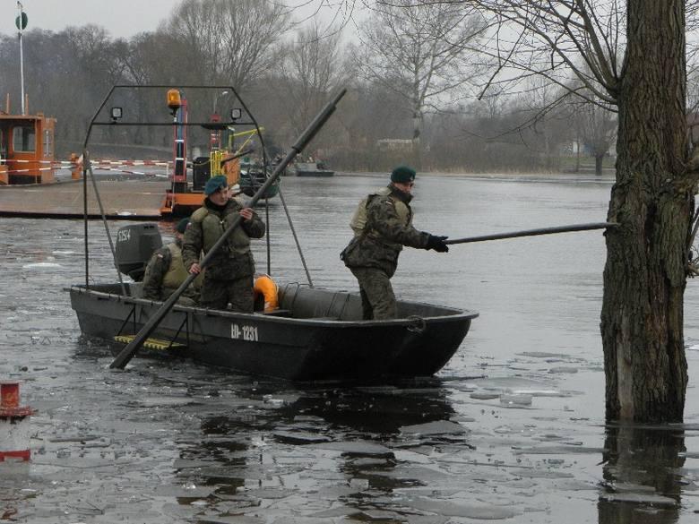 Niedługo miną trzy miesiące, odkąd żołnierze pomagają mieszkańcom Ostróka docierać do swych domów