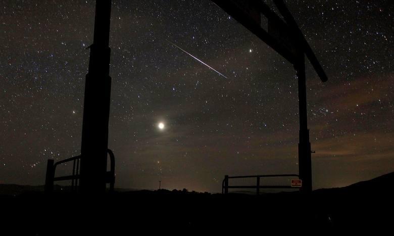 Perseidy czyli tzw. spadające gwiazdy to nic innego jak rój meteorów, który pojawia się w okresie letnim. Jednak najwięcej spadających gwiazd można będzie