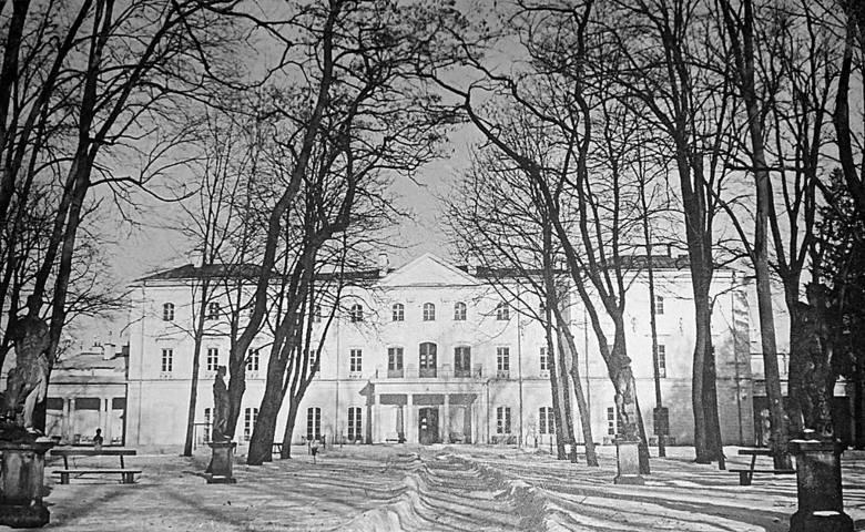 Pałac Branickich od strony ogrodu z pozostałościami bogatej dekoracji rzeźbiarskiej. Ze zbiorów Dariusza Hajduczeni.