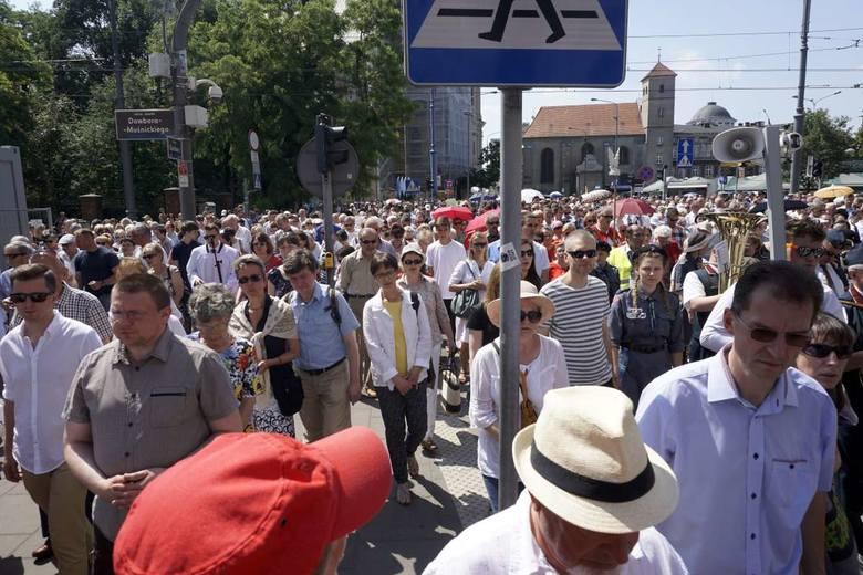 W Centralnej procesji Bożego Ciała ulicami Poznania przeszły tysiące wiernych.
