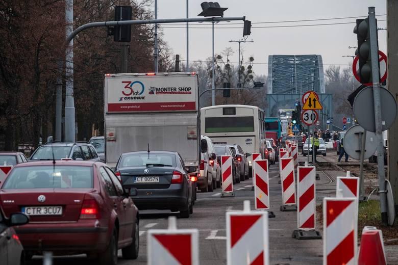 Po ograniczeniu ruchu na al. Jana Pawła II, w godzinach szczytu korkują się oba toruńskie mosty. Dyrektor magistrackiego Wydziału Gospodarki Komunalnej
