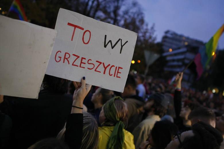 """Warszawa: Protest """"Jesień Średniowiecza"""" przed Sejmem. PiS chce karać więzieniem za edukację seksualną?"""