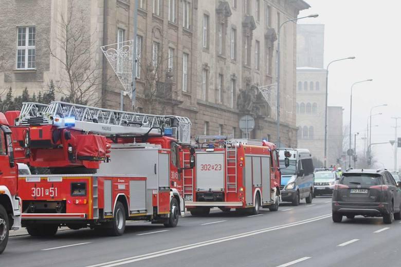 Kilka zastępów straży pożarnej przeprowadza ewakuację budynku Urzędu Wojewódzkiego w Poznaniu.<br /> <strong>Przejdź do kolejnego zdjęcia ---></strong><br />