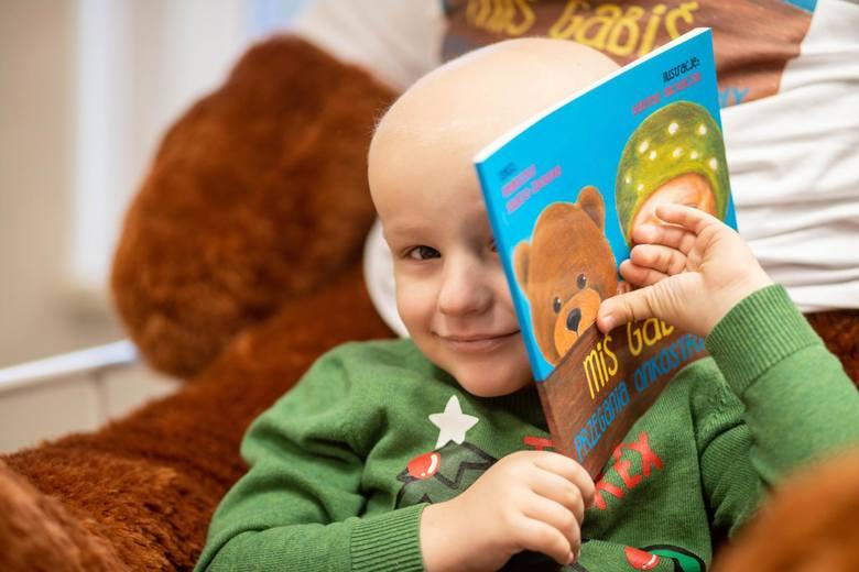 Dominik Michalski to jeden z pierwszych czytelników książki. Początkowo książkę czytała mu mama, bo chłopiec miał zaledwie dwa lata, kiedy oddział onkologiczny stał się jego domem.