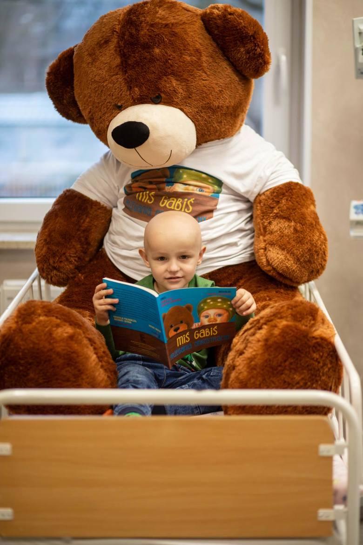 Dominik Michalski to jeden z pierwszych czytelników książki. Początkowo książkę czytała mu mama, bo chłopiec miał zaledwie dwa lata, kiedy oddział onkologiczny stał się jego domem. Na zdjęciu z Misiem Gabisiem.
