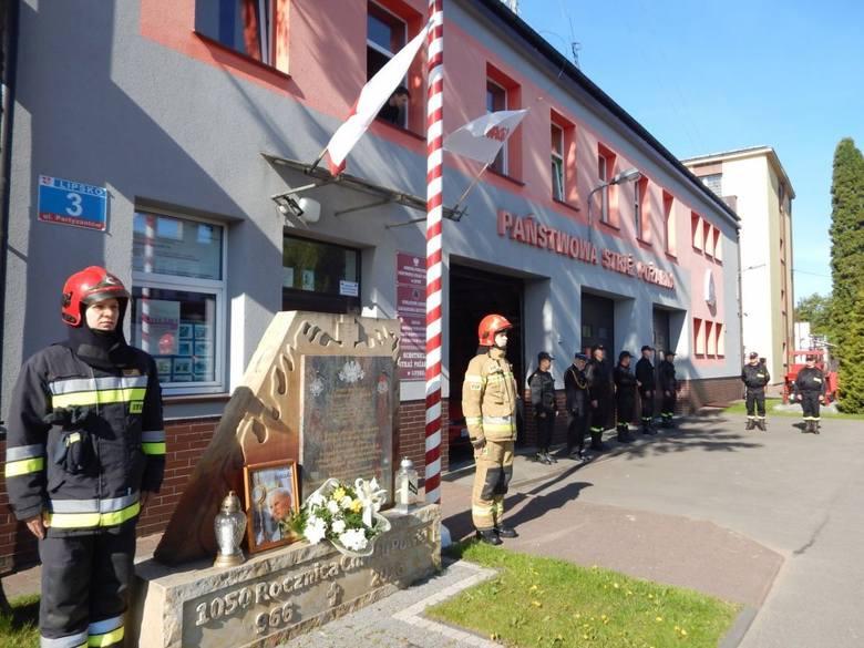 W poniedziałek 18 maja mija 100 lat od narodzin w Wadowicach jednego z największych Polaków - Świętego Jana Pawła II. Z tej okazji przed Komendą Powiatową