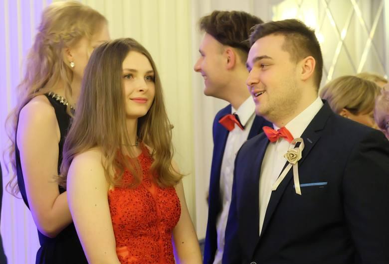 Pokaz tańca towarzyskiego oraz koncert poprzedziły tradycyjnego poloneza, który oficjalnie rozpoczął studniówkę III Liceum Ogólnokształcącego w Biał