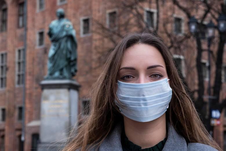 Założona maseczka staje się barierą ograniczającą rozsiewanie wirusa na osoby spotkane. Zatem jej noszenie staje się korzystne dla obu stron.