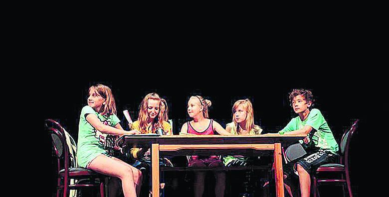 Lato w teatrze – młodzi twórcy spektaklu: Julia Smorawska, Kamila Niemczynowska, Roksana Machowska, Karolina Zielińska i Sebastian Barbiński