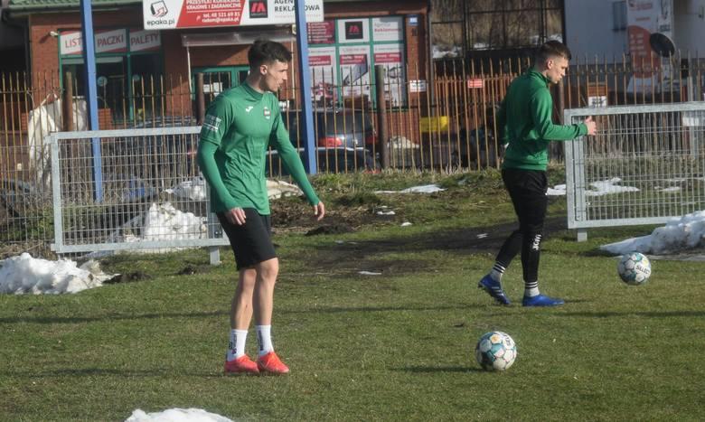 Radomiak pierwszy raz w okresie przygotowawczym do nowego sezonu, w środę trenował na trawiastym boisku przy ulicy Struga 63.Na zajęciach był już nowy