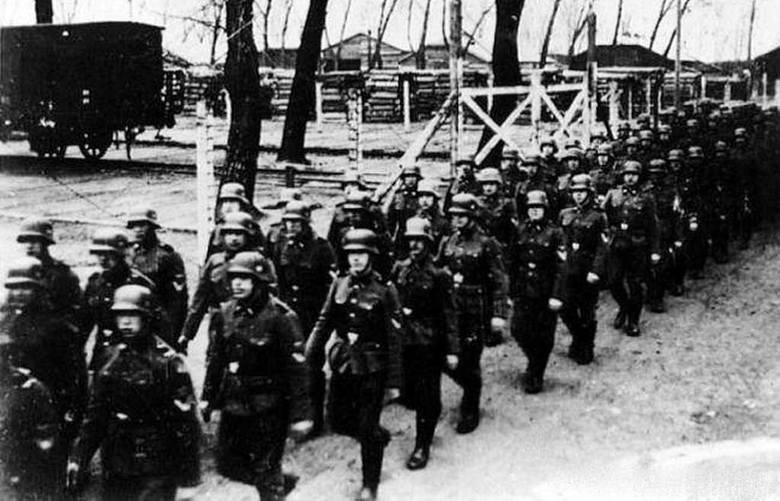 Latem 1944 r. załoga SS w Auschwitz-Birkenau liczyła 4,5 tys. ludzi. Przez cały okres działalności tego obozu zagłady służbę odbyło w nim ok. 8,5 tys. esesmanów. Na zdjęciu przemarsz przez obóz<br />