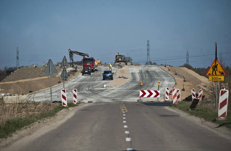 Obecnie prace na ul. Władysława IV i w rejonie tej ulicy są prowadzone dwutorowo - z jednej strony na S6, a z drugiej na miejskim odcinku inwestycji