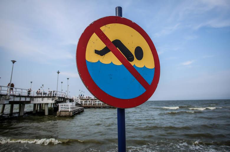 Czerwone flagi pojawiły się na kilku plażach i oznaczają zakaz kąpieli, bo pojawiły się sinice. We wtorek, 16 lipca rano sanepid ma przeprowadzać kolejne