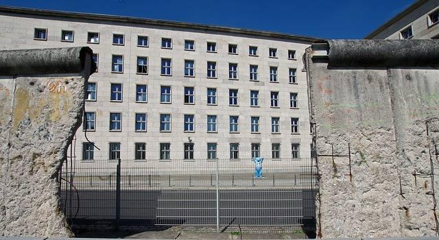 Mur berliński stał się symbolem zimnej wojny, ale także niezwykłą galerią sztuki