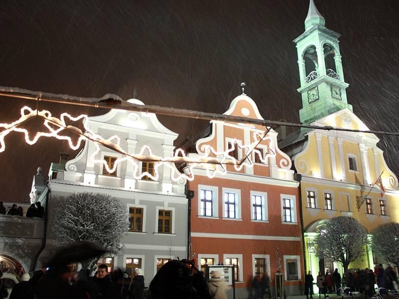 Bożonarodzeniowa muzyka, Święty Mikołaj, iluminacja Ratusza i pokaz laserów - to wszysko działo się w czwartek podczas Święta Światła w Kluczborku.
