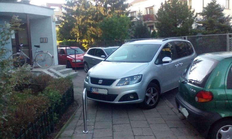 Mistrzowie parkowania znajdą się praktycznie w każdym mieście w Polsce. Nie inaczej jest w Toruniu. Osób, które parkują gdzie popadnie nie brakuje. Jeżeli