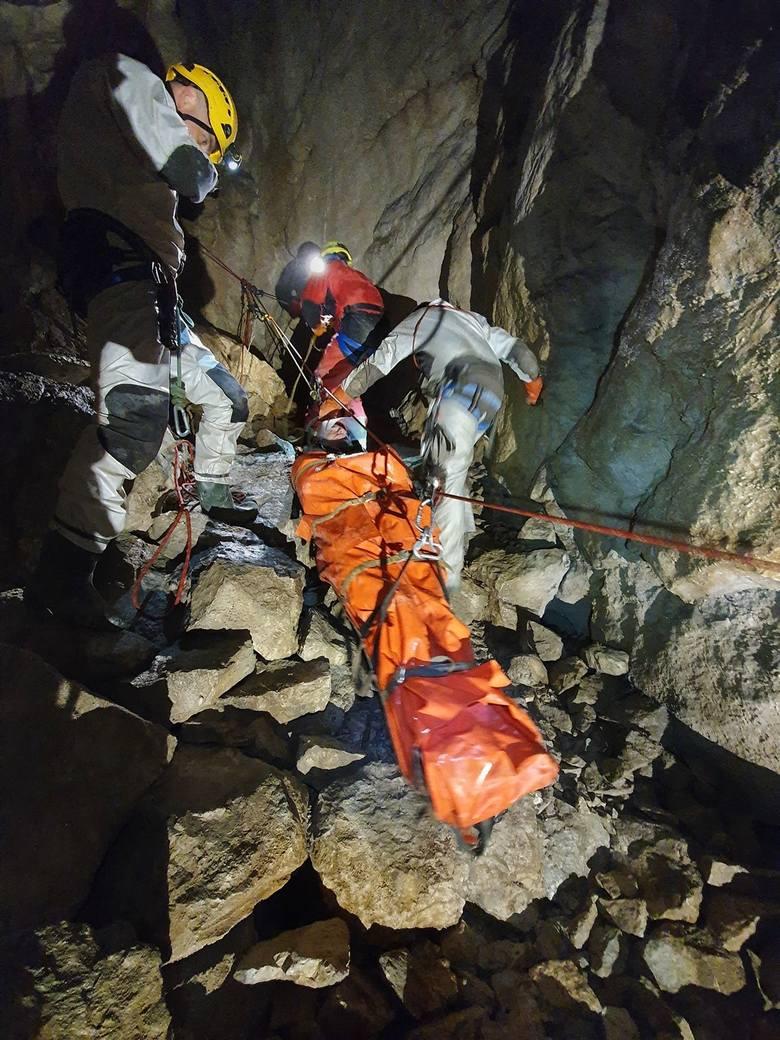 Tatry. Ratownicy TOPR zeszli do jaskiń. Na ćwiczenia [ZDJĘCIA]