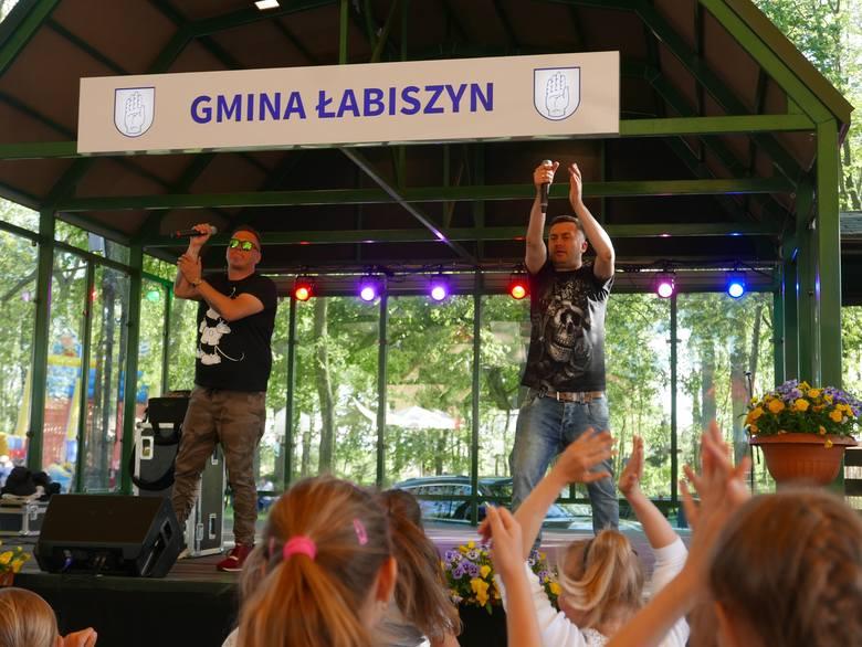 """Norbi zaśpiewał jako pierwszy muzyk w tegorocznym cyklu koncertów """"Spotkajmy się na łabiszyńskiej wyspie"""". W kolejnych tygodniach w"""
