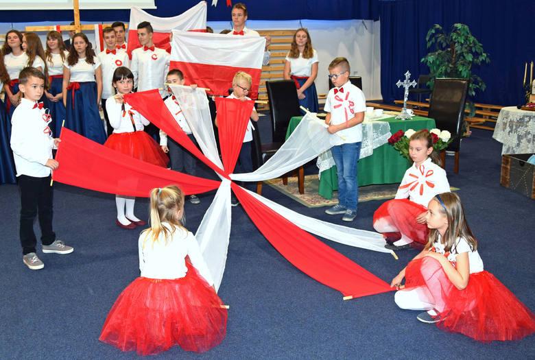 W hali sportowej Szkoły Podstawowej nr 11 w Grudziądzu dwukrotnie odbyła się akademia z okazji 100-lecia odzyskania niepodległości w wykonaniu uczniów