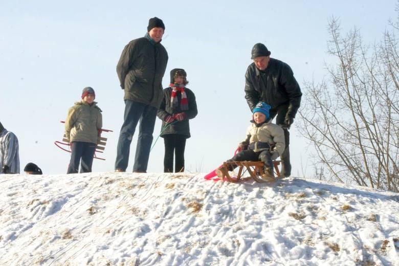Postanowiliśmy przejrzeć nasze archiwum zdjęciowe z lutego 2006 roku. I przeżyliśmy wielki... zdziwienie. Okazuje się, że wówczas było w Chojnicach sporo śniegu. Dziś bowiem jest już widok coraz mniej spotykany. Nawet jeśli spadnie już odrobina śniegu, to coraz trudniej na popularnych kiedyś...
