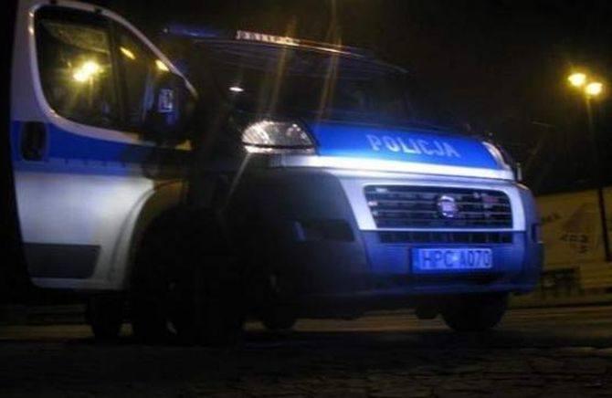Pijani mężczyźni obrzucili butelkami w nocy radiowóz stargardzkiej policji.