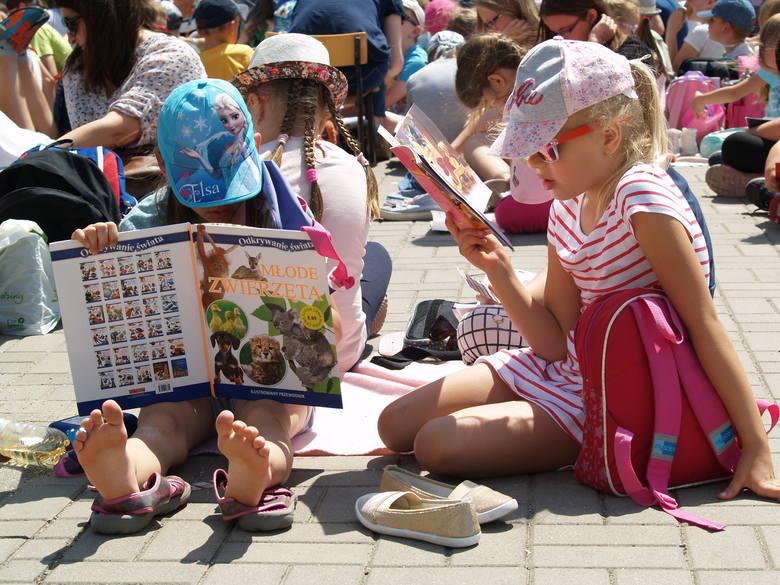Wspólne czytanie na powietrzu - akcja SP nr 1 w Ostrołęce (zdjęcia)