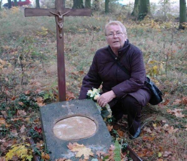 Słynna śląska Karolinka spoczywa właśnie na cmentarzu w Bzinicy Nowej. Naprawdę nazywała się Karoline Kleinert. Jej grobem opiekuje się wnuczka Elfryda
