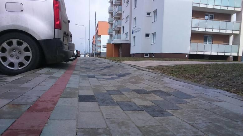 Mieszkańcy Przybyszówki pytają, kto zniszczył kolorową ścieżkę pieszo-rowerową wzdłuż ulicy Iwonickiej? Asfalt  zapadł się przy skrzyżowaniach z przecinającymi