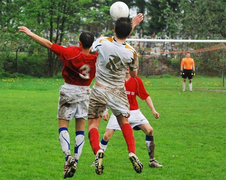 Inter-Zapas Świlcza 51 - Aramix NiebylecŚwilcza (czerwone koszulki) wygrala z Niebylcem 2-0 i praktycznie zapewnila sobie utrzymanie w klasie A.