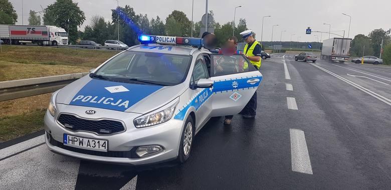 W środę na skrzyżowaniu drogi krajowej nr 6 z wojewódzką 163 (obwodnica Karlina) doszło do zderzenia motocykla z autem osobowym marki Volkswagen na niemieckich