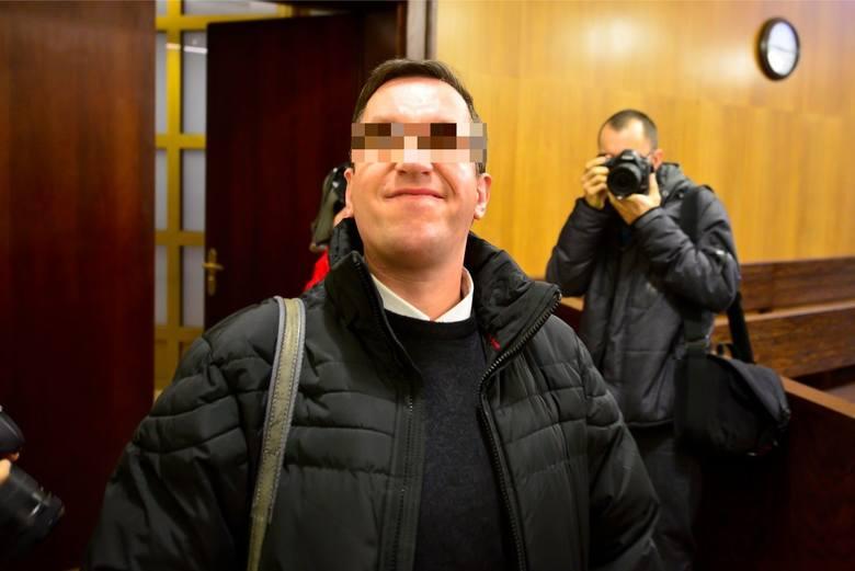 Podczas swojego procesu w sądzie ksiądz był uśmiechnięty od ucha do ucha