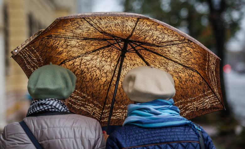 W weekend po Poznaniu lepiej chodzić z parasolem. Kiedy i w jakich godzinach można spodziewać się opadów deszczu?
