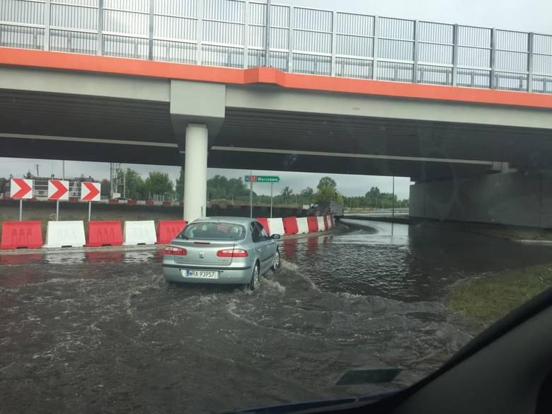 W Sławnie w gminie Wolanów deszczówka zalała drogę.