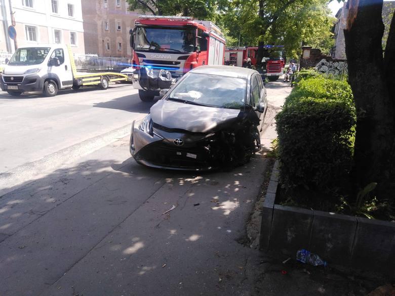 O godz. 11.35 kierujący toyotą na ulicy Jana Pawła II zjechał na przeciwległy pas i zderzył się z samochodem marki BMW.Okazało się, że mężczyzna kierujący