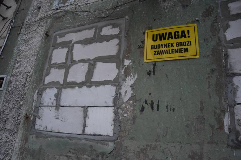 Na budynku przy Placu Matejki 13 pojawiły się informacje, że obiekt grozi zawaleniem. Co dalej stanie się z zielonogórską kamienicą?