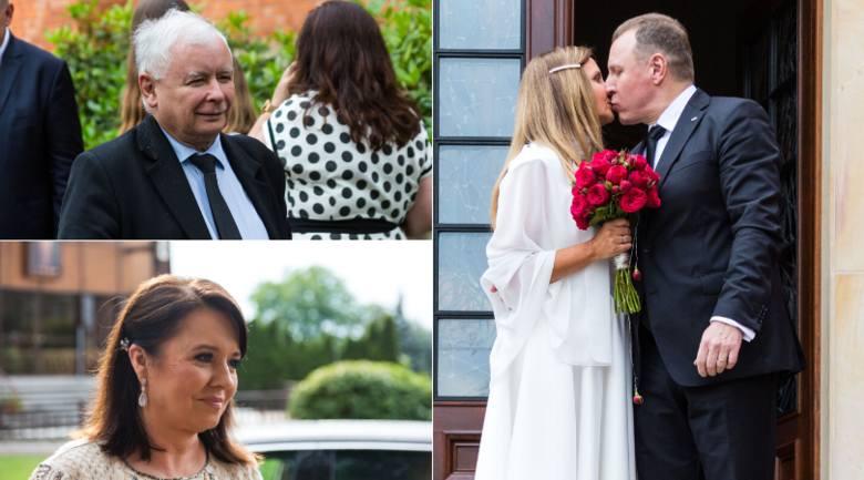 Na ślubie Jacka Kurskiego nie zabrakło prezesa PiS Jarosława Kaczyńskiego i twarzy Wiadomości TVP Danuty Holeckiej. Kto jeszcze był? Zobacz na kolejnych