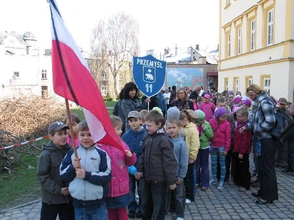 Kilkuset uczniów i nauczycieli SP 11 w Przemyślu w milczącym marszu przeszło wczoraj do kościoła Ojca Karmelitów, w którym odbyła się msza w intencji