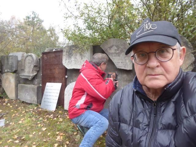 O nekropolie żydowską w Żarkach dbają społecznicy: Wojciech Mszyca i Piotr Zamorski
