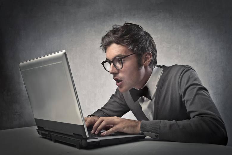 <strong>Nękanie w sieci.</strong> Internet może też służyć przestępcom do nękania ofiar, grożenia im, rozpowszechniania fałszywych informacji. Formami cyberprzemocy są m.in. poniżanie i straszenie, robienie komuś zdjęć lub rejestrowanie filmów bez jego zgody, publikowanie filmów, fotografii lub informacji,...