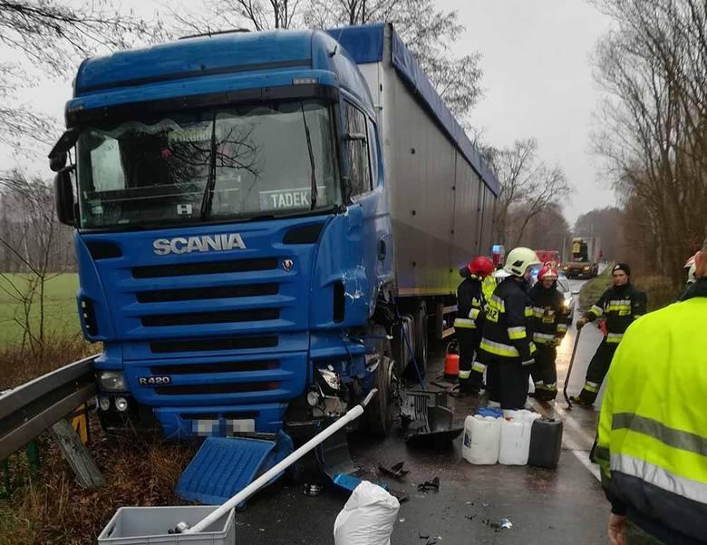 Do zdarzenia ciężarówek doszło w piątek, 7 grudnia, na trasie Ochla-Jeleniów. Na łuku drogi zdarzyły się dwie ciężarówki. Na miejsce przyjechały służby