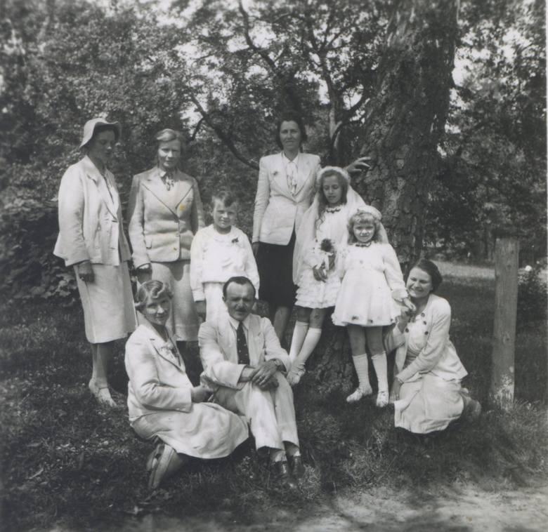 <strong>1942 rok</strong><br /> <br /> Sukienki przed kolano nie były niczym dziwnym - długość ta była w pełni uzasadniona w przypadku dzieci.
