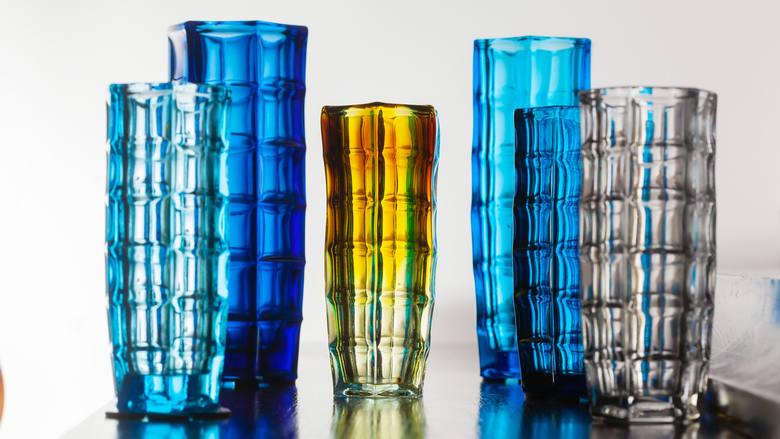 """Ząbkowickie szkło to dzieła sztuki. Sprawdźmy, czy nie mamy na półkach takich talerzy i wazonów. Cykl wideo """"Dobrze zaprojektowane"""""""