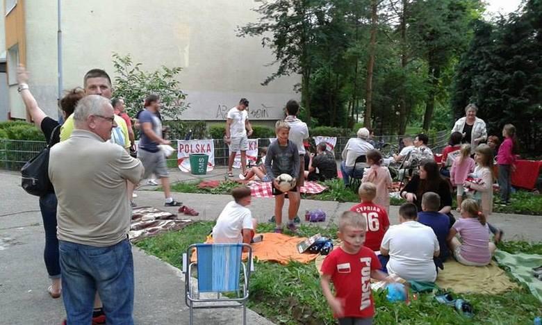 - Na nasze imprezy przychodzi do 100 osób – mówi Halina Elżbieta Daszkiewicz z ul. Reja. W czerwcu mieszkańcy spotkali się tu, by oglądać mecze piłkarskie, które wyświetlali na ścianie wieżowca