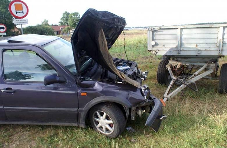 Wypadek: Pijana traktorzystka wyjechała przed golfa (zdjęcia)