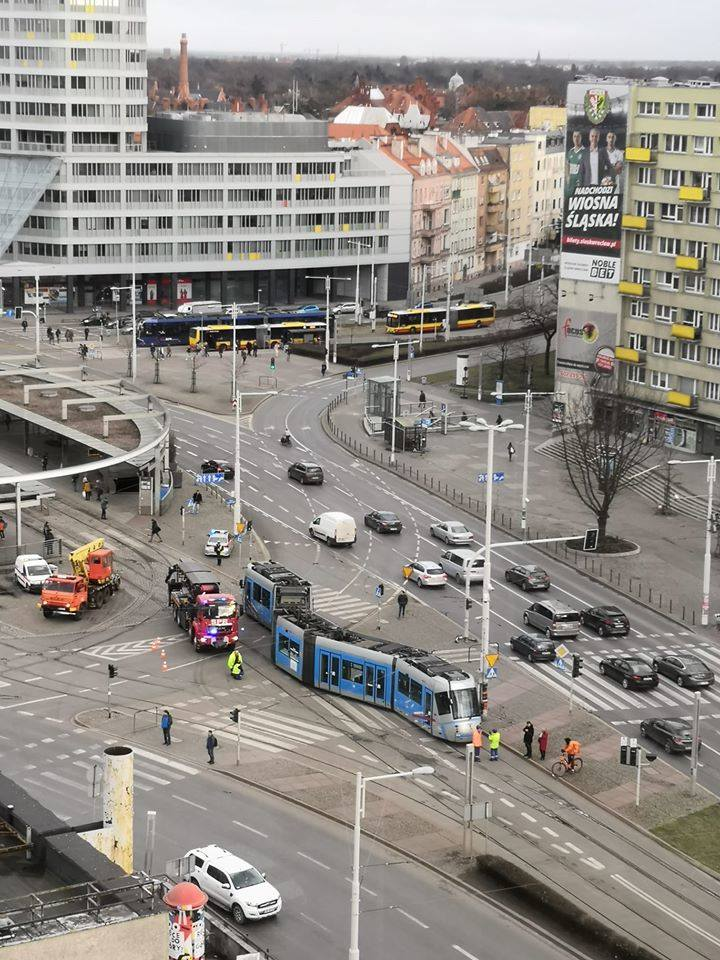 Wykolejenie na placu Grunwaldzkim. Skoda przeskoczyła na torowisko w przeciwną stronę