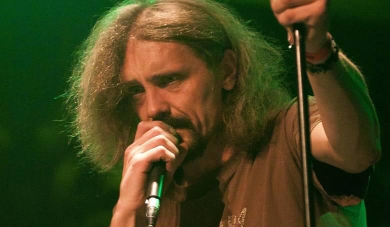 Gienek Loska ma 43 lata. Artysta miał wylew będąc u mamy na Białorusi. Obecnie jest w śpiączce.