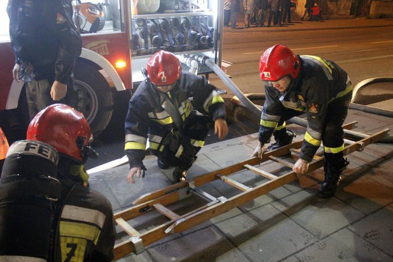 Pożar w kamienicy na Pomorskiej. Ponad 20 osób ewakuowanych [ZDJĘCIA+FILM]