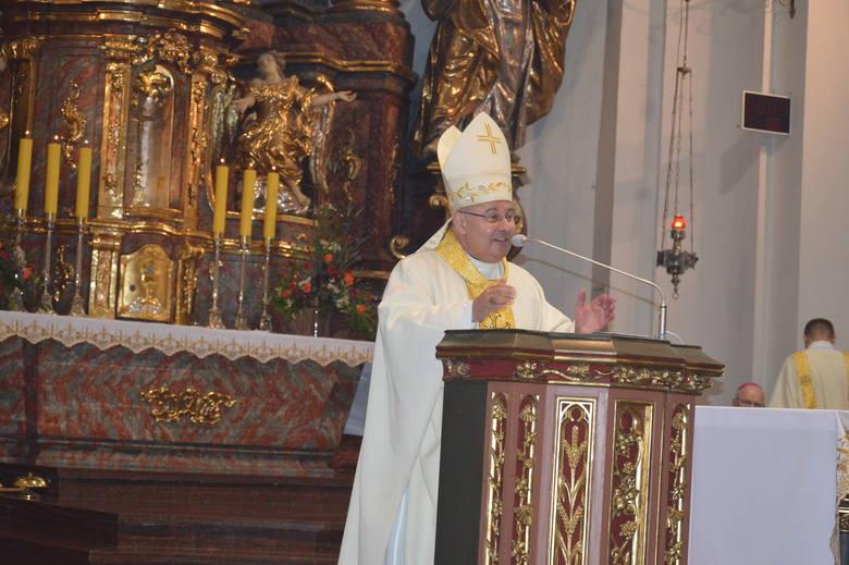 """Biskupi opolscy poprowadzili procesję Bożego Ciała z katedry """"na górkę"""" [ZDJĘCIA]"""